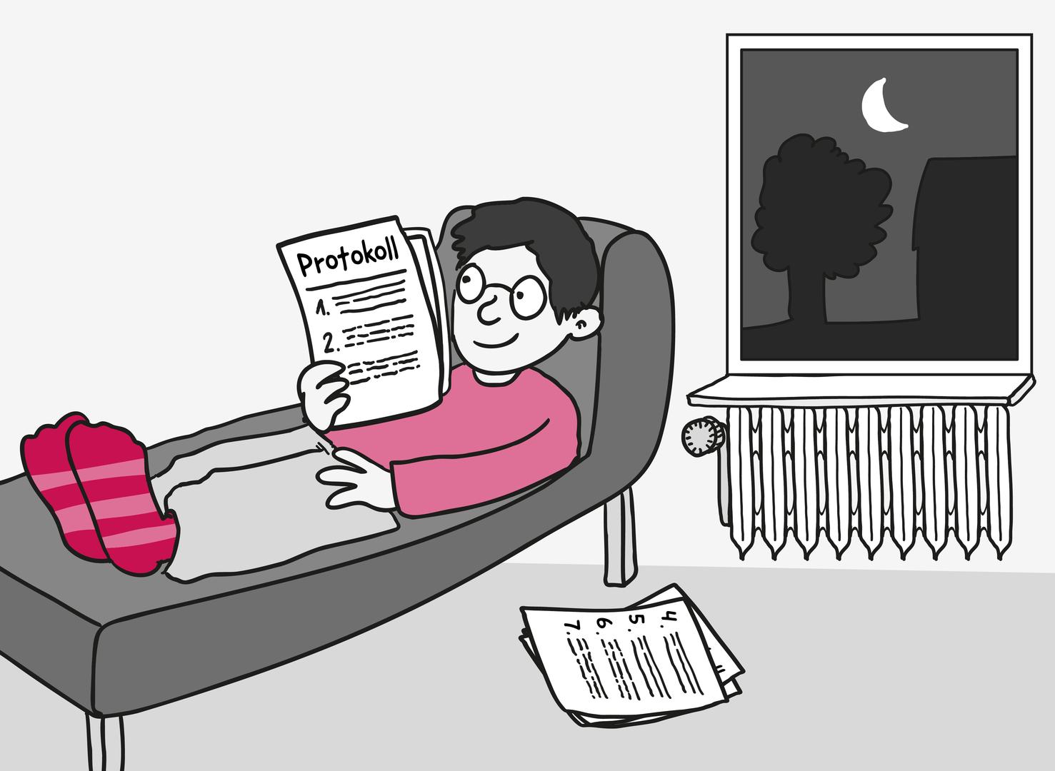 Durch ein Fenster leuchtet der Mond in ein Zimmer. Ein junger Mann liegt entspannt auf dem Sofa und hält ein paar Seiten Papier in der Hand. Auf dem Deckblatt steht: Protokoll sowie 1., 2. und 3. mit winzigem Text. Ein weiterer Stapel Papier liegt neben dem Sofa. Darauf steht: 4., 5., 6. und 7. mit winzigem Text.